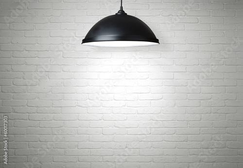 Tapety Loftowe  bialy-ceglany-mur-oswietlony-lampa-z-miejscem-na-kopie