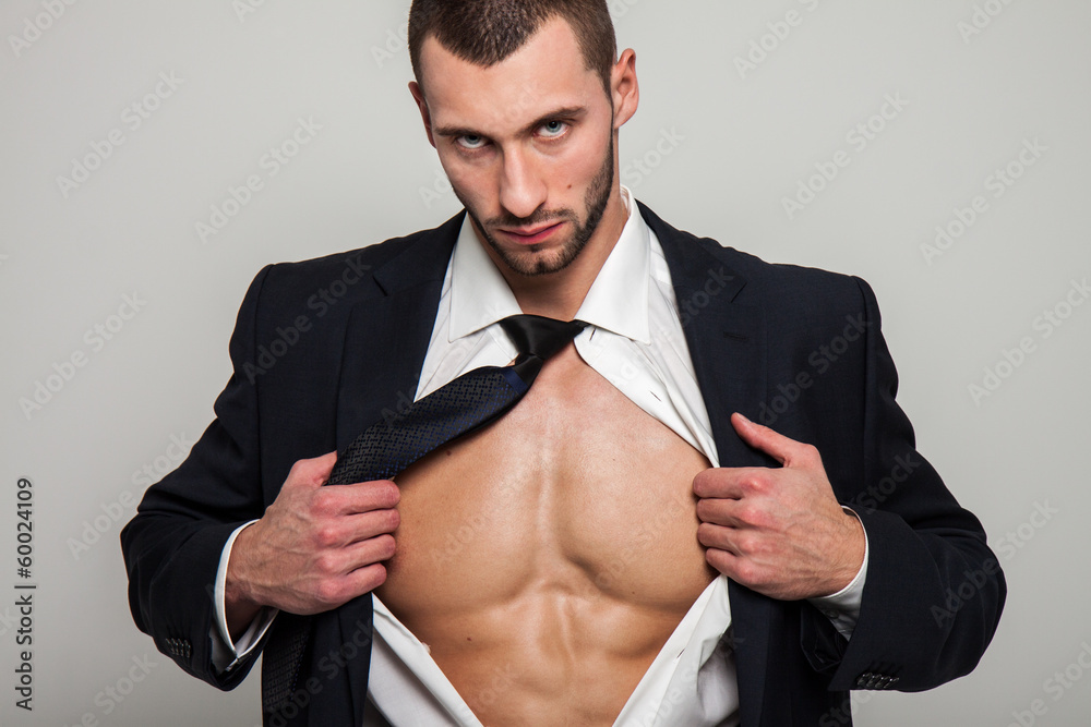 Fototapeta Wysportowany mężczyzna w garniturze
