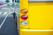 Bus an der Haltestelle - gelbe Version