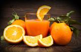 Świeży sok z pomarańczy i pomarańcze