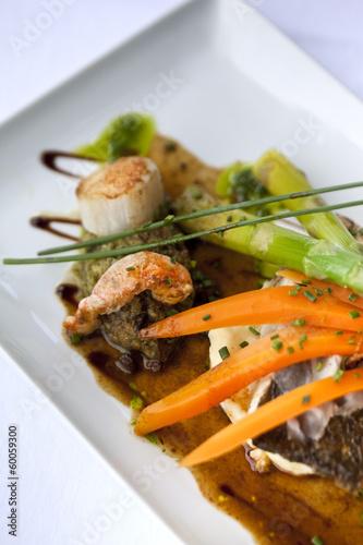 Foto op Plexiglas Klaar gerecht Plat de poissons, crustacés et légumes divers