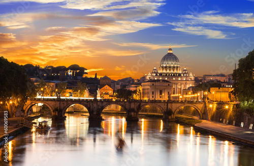 Photo  Sunset view of Basilica St Peter and river Tiber in Rome. Italy