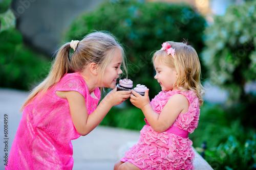 Photo  cute fashion little girls eat happy birthday pink cupcake