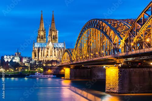 Fotografía  Kölner Dom und Hohenzollernbrücke bei Nacht