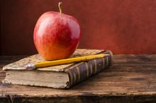 Vecchio Libro Con Mela Rossa
