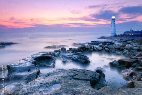 latarnia-morska-na-skalistym-wybrzezu