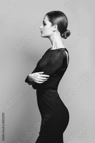 Fotografía  beautiful woman model posing in elegant dress in the studio