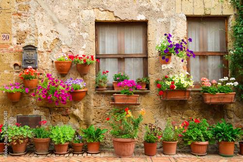 piekna-ulica-dekorujaca-z-kwiatami-w-wlochy