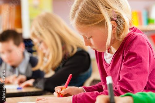 Schüler in der Schule machen Hausaufgaben Fototapeta