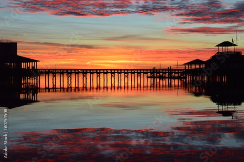obraz dibond Sunrise at a marina pier with reflection