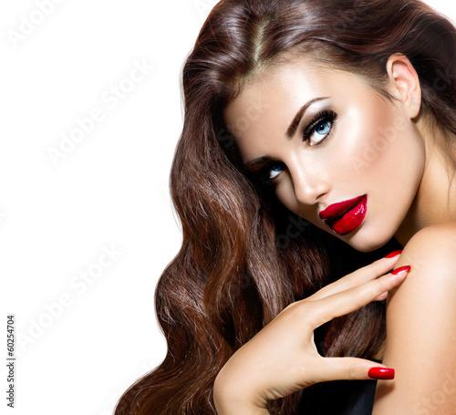 model-piekna-kobieta-z-dlugie-brazowe-wlosy-falowane