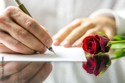Foto Romantischer Mann, der einen Liebesbrief schreibt