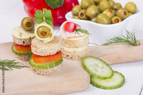 In de dag Assortiment finger foods: bread, peppers, cucumber, cheese and olives
