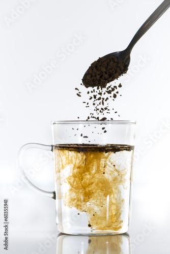 Tasse de café dans laquelle on met du café soluble et on le m Wallpaper Mural