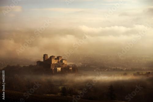 Foto  castello tra la nebbia e le nuvole