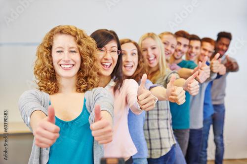 Fotografia  Teenager halten Daumen hoch zum Gratulieren