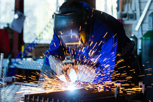 Fotografía  Schweißer einer Werkstatt schweißt Metall