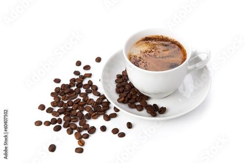 filizanka-czarnej-kawy-z-palonymi-ziarnami-kawy-2