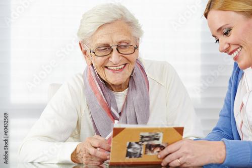 Fotografía  Seniorin schaut Fotos an mit Tochter