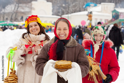 Fotografía  Mature woman with pancake during  Shrovetide
