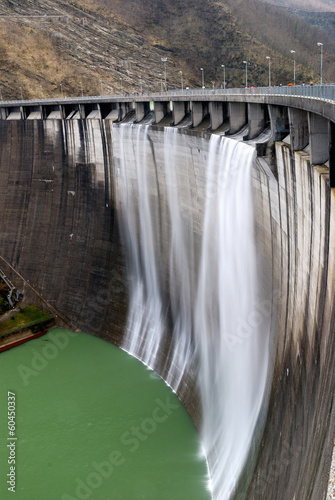 Tuinposter Dam wall of the dam with overflow