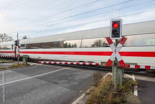 Fotografia, Obraz  Bahnübergang - Ein Schnellzug fährt gerade vorbei
