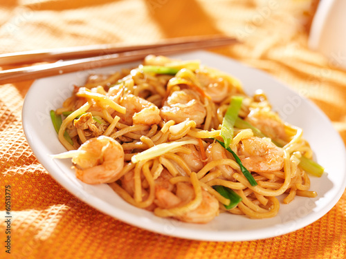Photo  chinese shrimp lo mein with chopsticks