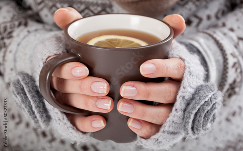 Spoed Foto op Canvas Thee Woman hands with hot drink
