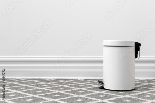 Photo White trash can