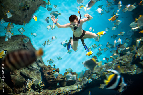 La pose en embrasure Plongée Snorkeler underwater
