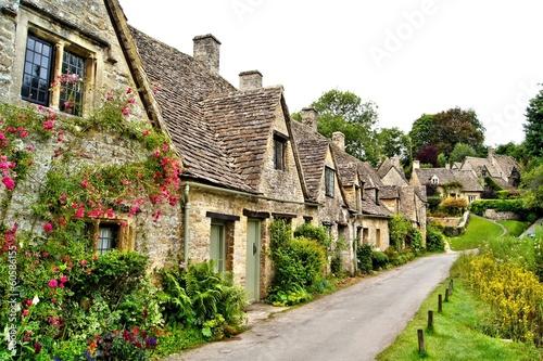 domy-arlington-wiosluja-w-wiosce-bibury-anglia