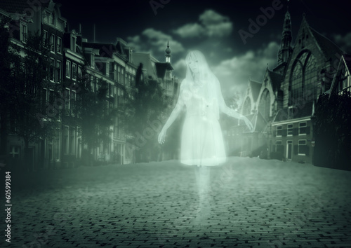 Photo  woman ghost walking down old town