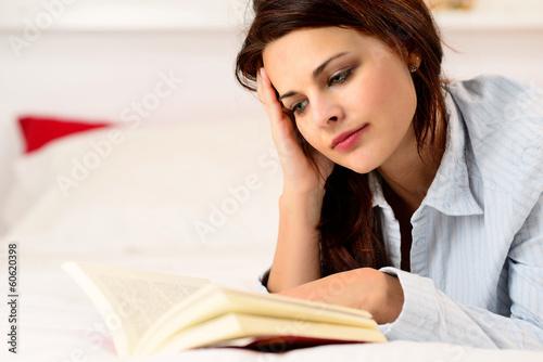 Fotografía  Ragazza che legge un libro