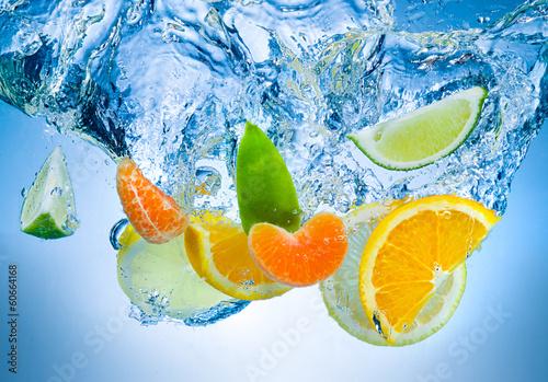 owoce-tropikalne-padaja-gleboko-pod-wode-z-duzym-pluskiem