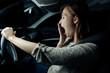 frau müde beim auto fahren