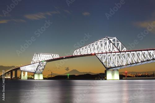 tokio-gate-bridge-i-gory-fuji