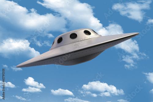 spodek-ufo-statek-kosmiczny-na-niebieskim-niebie-z-chmurami