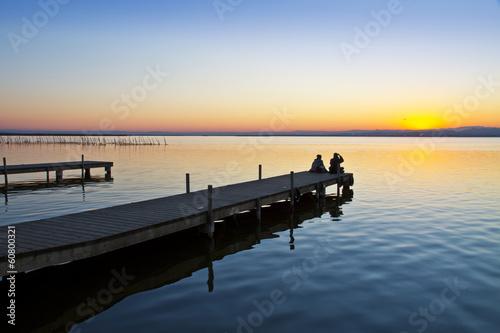 Aluminium Prints Pier turistas en el embarcadero del lago