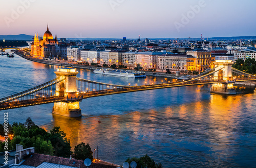 Photo  Chain Bridge and Danube River, night in Budapest