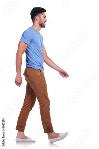 Foto  side view of a casual man walking forward and smiling