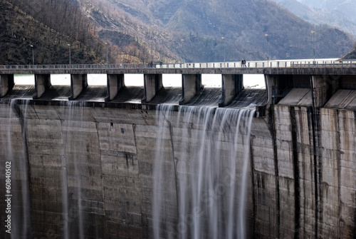 Photo sur Toile Barrage dam with overflow in autumn