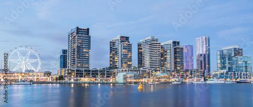 Fototapeta premium Panoramiczny obraz nabrzeża Docklands w Melbourne, Austra