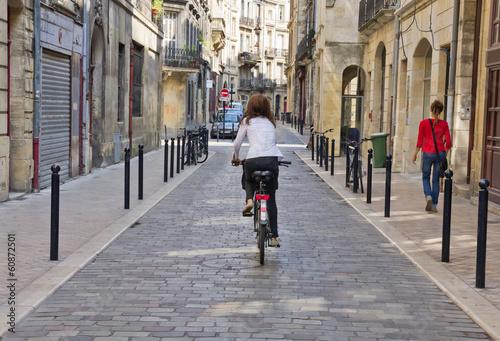 Valokuva  Piéton et cycliste en ville