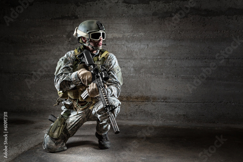 Fotografía  Soldier with mask rifle and backpack