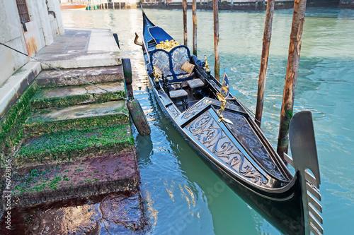 Spoed Foto op Canvas Gondolas gondola by the shore