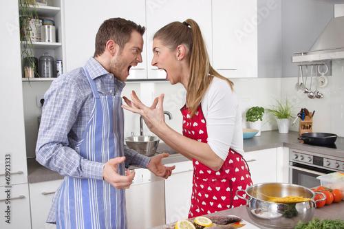 Fotografie, Obraz  Junges Paar in der Küche hat Streit oder Eheprobleme