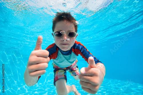 Obraz Boy swimming underwater - fototapety do salonu