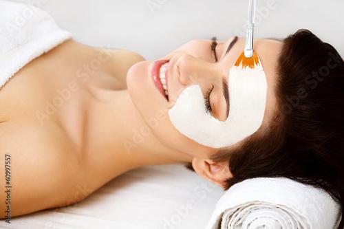 Fotografia Spa Mask. Woman in Spa Salon. Face Mask. Facial Clay Mask.
