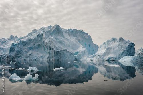 Papiers peints Arctique Reflection of icebergs in Disko bay, North Greenland