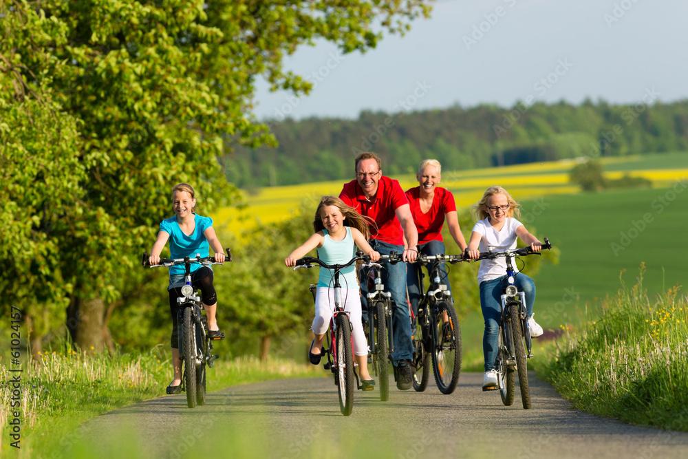 Fototapeta Familie fährt Fahrrad im Sommer